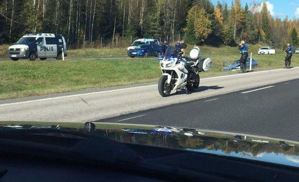 Moottoripyöräpoliisi ampui epäillyn puukottajan viime sunnuntaina Nelostiellä.