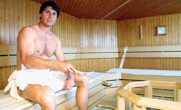 - Tykkään saunoa, ja puukiuas on suosikkini. Siitä lähtee parhaat löylyt. Rakennutin taloonikin saunan, Zelezny kertoi helsinkiläisen Holiday Inn -hotellin lauteilla vuonna 2001.