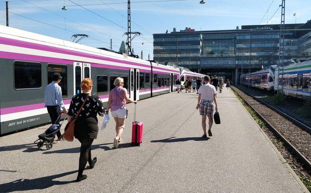 Konduktöörit ovat lisänneet läsnäoloaan junalaitureilla, joilla he kohtaavat paljon erilaisia kysymyksiä.