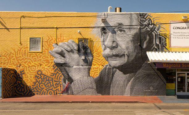 Albert Einstein kuvattuna seinämuraalissa Los Angelesissa.