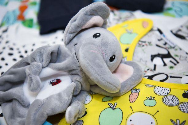 Äitiyspakkauksessa on perinteisesti tarvikkeita ja vaatteita vauvalle ja äidille.