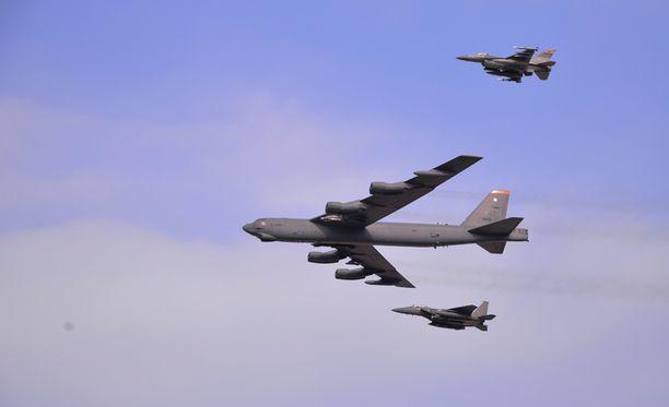 B-52 Stratofortress -pommikone lensi hävittäjien saattelemana eteläkorealaisen Osanin lentotukikohdan yli vastauksena Pohois-Korean ydinkokeeseen 10. tammikuuta.