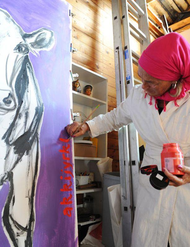 Kuvataitelija Miina Äkkijyrkkä on omistanut taiteensa ja elämänsä kyytöille.