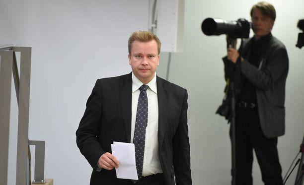Antti Kaikkosen mukaan keskustan eduskuntaryhmä hyväksyy pääministerin ehdotuksen, jonka mukaan hallitus pysyy samana, vain perussuomalaisten eduskuntaryhmä vaihtuu Uusi vaihtoehto -ryhmään.