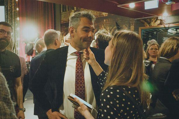 Hussein al-Taee pyytää anteeksi sopimattomia kirjoituksiaan. Kuva SDP:n vaalivalvojaisista.