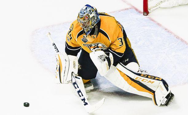 Pekka Rinne torjuu NHL_n finaaleissa Nashvillen maalilla.