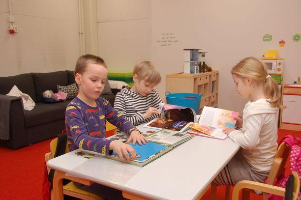 Eskarilaiset Joona Vihola (vas.), Teemu Välimäki ja Emmi Vankka ovat tyytyväisiä väistötiloihin.