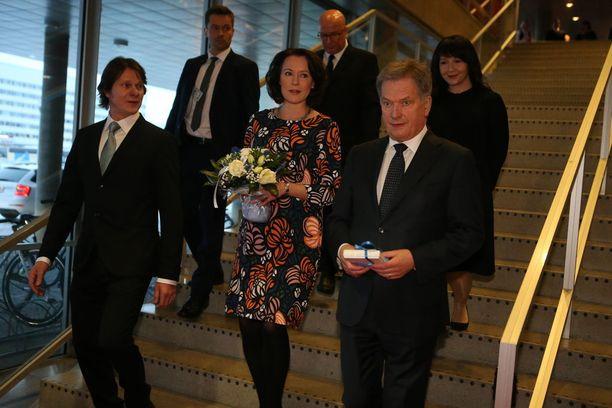 Näyttelijä Kari-Pekka Toivonen isännöi Jenni Haukiota ja Sauli Niinistöä johtamassaan teatterissa.