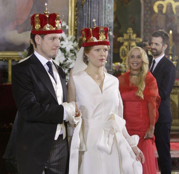 Hääpari sai vihkimisen ajaksi päähänsä punaiset kruunut.