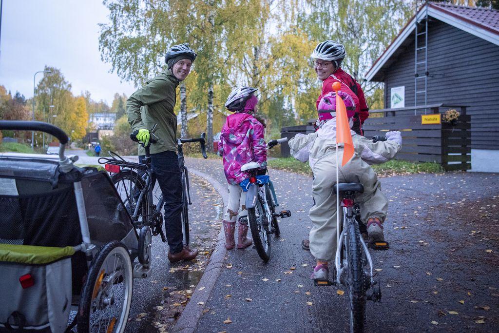 Autottomalla Karreisten perheellä on apuvälineenä peräpyörä. 4-vuotias Kaisla käyttää sitä, polkupyörää tai potkupyörää, jossa lapsi voi potkia itseään eteenpäin. Ekaluokkalainen Aava pyöräilee jo enimmäkseen itse.