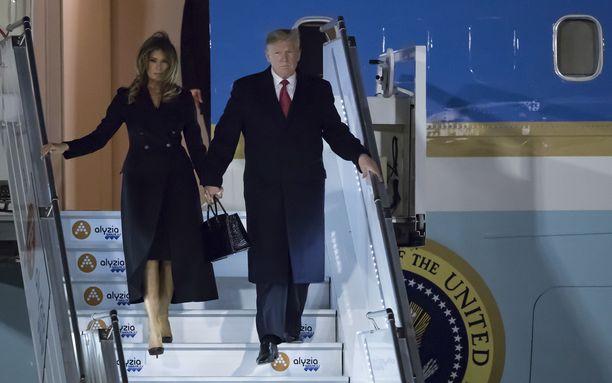 Yhdysvaltain presidenttiparia kuljettanut lentokone laskeutui Pariisin Orlyn lentokentälle perjantaina iltakymmeneltä.