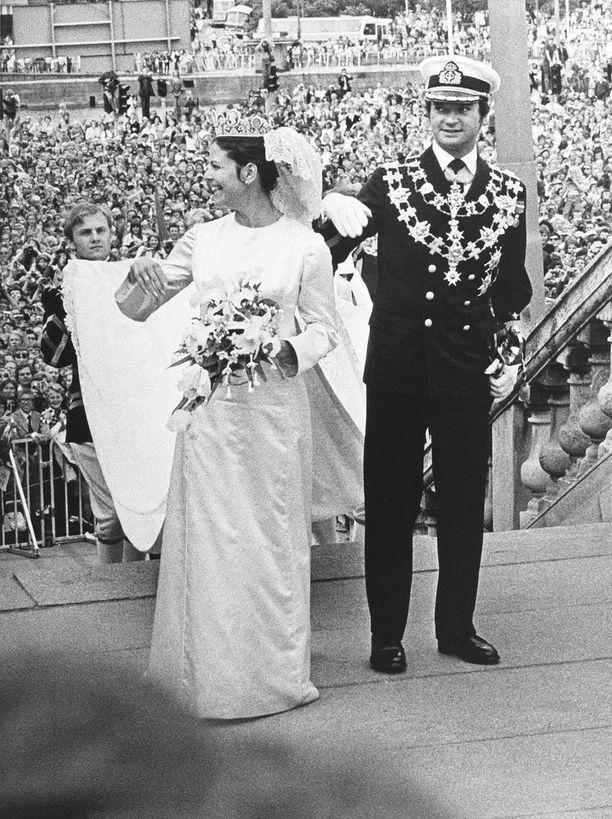 Silvia hurmasi ruotsalaiset. Hän hallitsi kuninkaalliset käytöstavat alusta lähtien. Kansa iloitsi, että Kaarle Kustaasta tuli ukkomies. Kruununperillistä saatettiin alkaa odottaa.