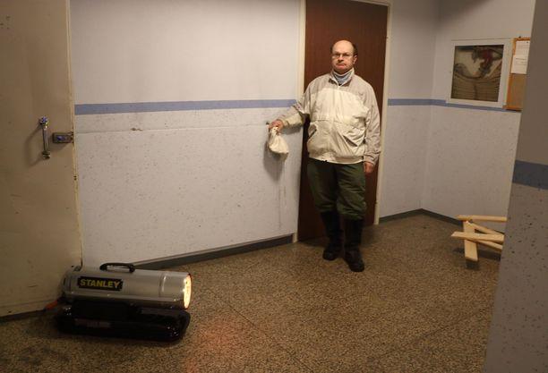 Talojen rappukäytäviin on nyt ilmestynyt lämmittimiä. Osa huoneistosta on kärsinyt pakkasvaurioita. JMJK Group huolehtii talon lämmittämisestä ja vahinkojen minimoinnista.
