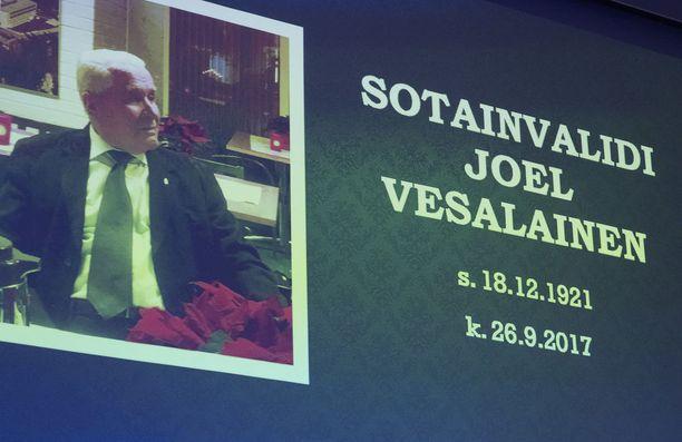 Perjantaina Kaunialan sotavammasairaalassa järjestettiin perinteinen joulujuhla. Kaartin soittokunta myös esitti tilaisuudessa sotainvalidi Joel Vesalaisen Sissimarssi-sävellyksen instrumentaaliversiona.