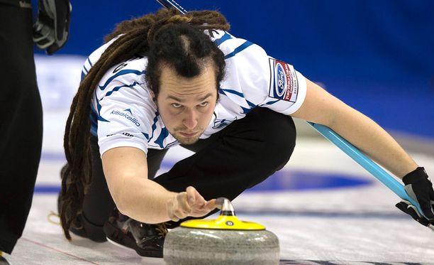Pauli Jäämies ei näytä tyypilliseltä curling-pelaajalta.