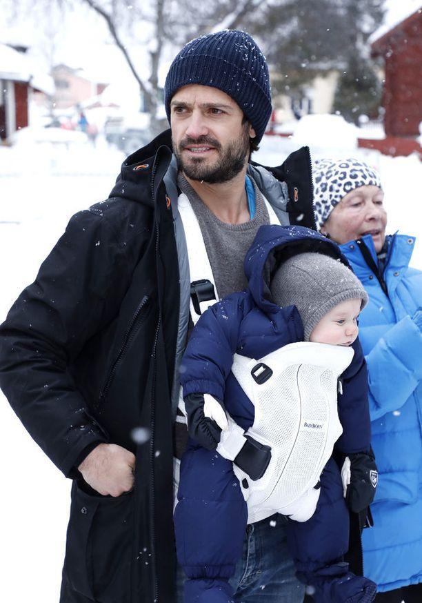 Prinssi Carl Philip kanniskeli kuopustaan hiihtokilpailuissa.