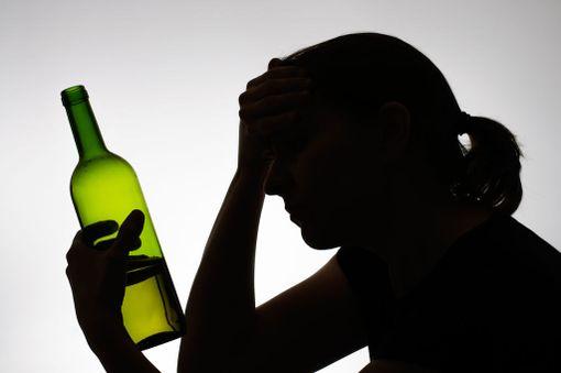 Alkoholista voi tulla ongelma ihan tavallisissa perheissä.