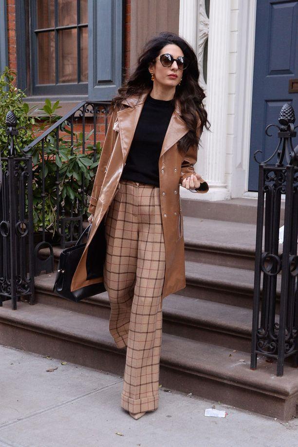 Tämän kevään muodikkain trenssi onkin nahkaa, ja trendikkäimmissä housuissa on juuri tällaiset leveät lahkeet. Musta pusero sopii kauniisti yhteen karamellinruskean kanssa. Kokonaisuudessa on hieman 1970-luvun eleganssia - Amalin tunnusmerkiksi muodostuneita isoja aurinkolaseja myöten.