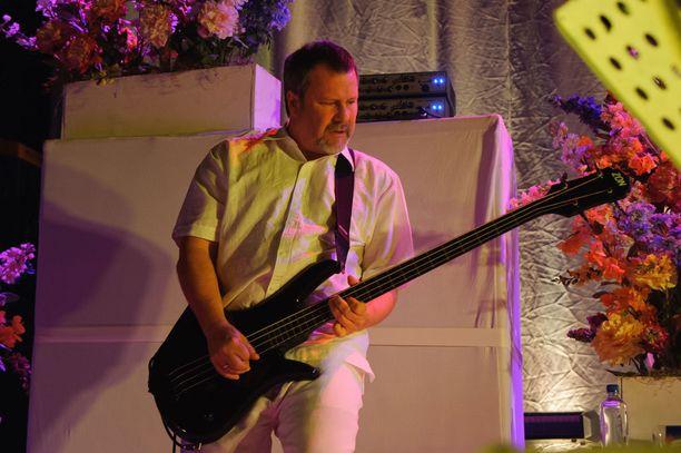 Faith No Moren basisti Billy Gould pääsi perille suomalaiseen sielunmaisemaan, kun hän tuotti CMX:n Vainajala-levyn vuonna 1998.