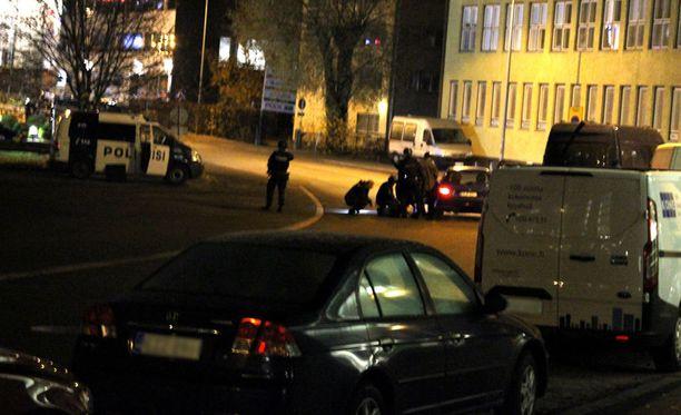 Asemies aiheutti Pitäjänmäen vastaanottokeskuksen edessä ison poliisioperaation.