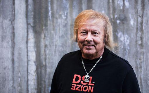 """Danny, 78, kertoo Hymyssä uutta tietoa suhteestaan Helmiin, 19: Hoitaa Kirkkonummella laulajatähden """"arkiset askareet"""""""