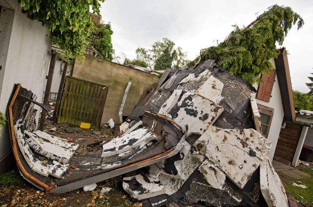 33 ihmistä vietiin tornadon alta turvaan.