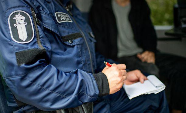 Poliisi sai pahoinpitelystä epäillyn miehen kiinni. Kuvituskuva.