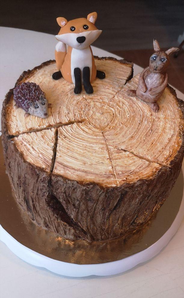 Kakun päällä nököttää sokerimassasta askarreltuja metsäneläimiä.