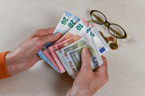Huijauksen kohteeksi joutunut vanhus voi menettää suuria summia.