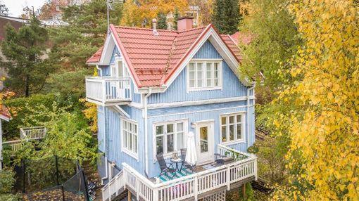 Toiseksi eniten kiinnosti Tampereen Pispalan etelärinteessä järvimiasemissa sijaitseva kolmikerroksinen puutalo. 113-neliöinen talo on kaupan 389 000 euron hintaan.