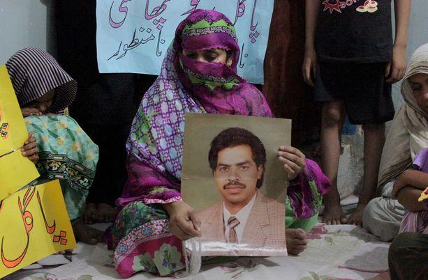 Imdad Alin vaimo pitää käsissään miehensä valokuvaa.