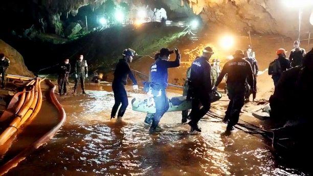 Videolta otetulla kuvakaappauksella näkyy, kun poikia kannetaan ulos luolasta.