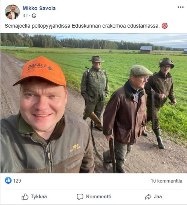 Kansanedustaja Mikko Savola ja oranssi Rafale-lippalakki.
