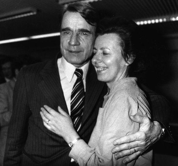Mauno ja Tellervo Koiviston sopuisa yhteiselo on kestänyt jo 64 vuotta. Nykyisin Tellervo toimii miehensä omaishoitajana. Kuva vuodelta 1982.