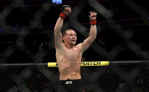 Vapaaottelulegenda taottiin rujoon kuntoon - UFC-pomokin kavahti tuomarien toimintaa lopun löylytyksessä