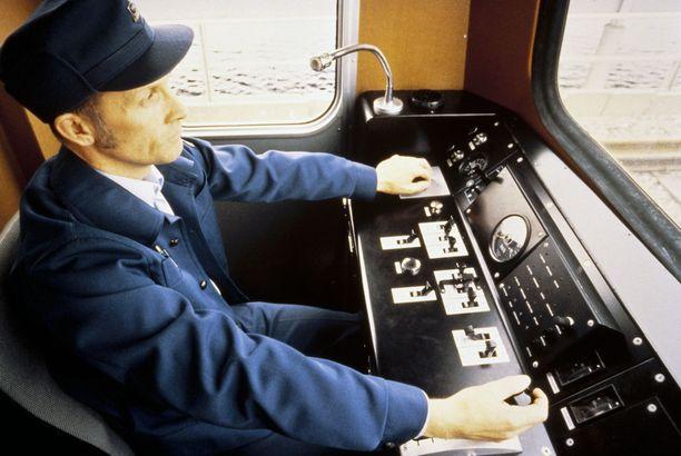 Metrojunan kuljettaja kuvattuna joskus 1980-luvulla.