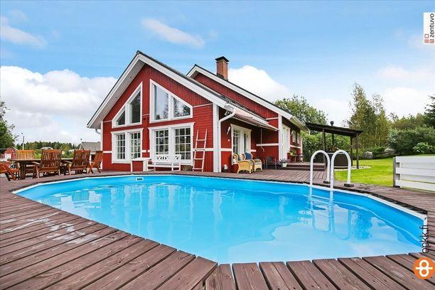 Vaasalaistalon pihapiiriin kuuluu suuren uima-altaan lisäksi puulämmitteinen palju.