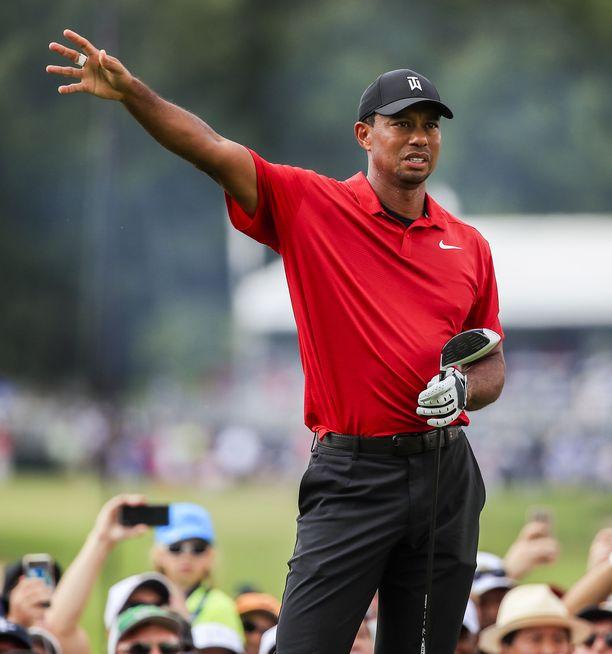 Atlantassa voiton vienyt Tiger Woods pelasi sunnuntaina kiertueen päätöspäivänä tuttuun tapaan punaisessa paidassa.