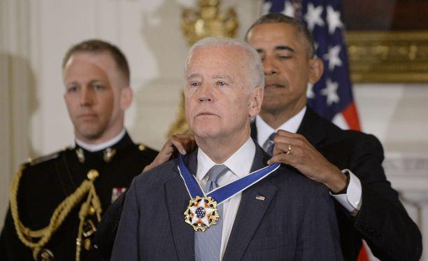 Yhdysvaltain väistyvä presidentti Barack Obama yllätti torstaina varapresidenttinsä Joe Bidenin maan korkeimmalla siviilikunniamerkillä.