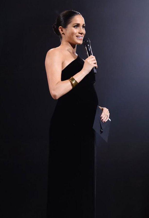 Hollywood-glamouria! Loppuvuodesta Meghan teki yllätysesiintymisen uuden kotimaansa muotiosaajia palkinneessa Fashion Awards -gaalassa. Häikäisevä, yksiolkaiminen iltapuku oli illan voittajan, Meghanin hääpuvusta tutun Clare Waight Kellerin luomus.