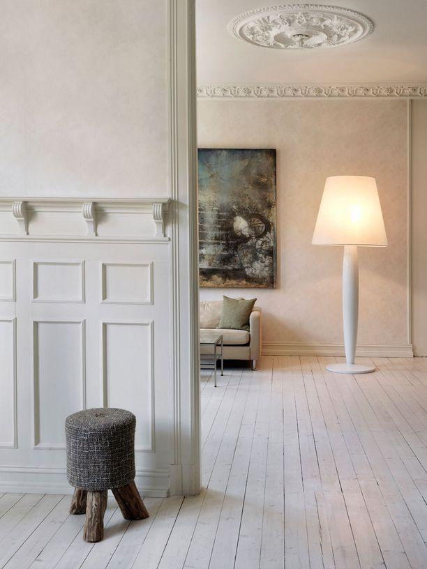 Kattokoristeet ja koristelistat seinässä voivat tuoda arvokasta tunnelmaa kotiin.
