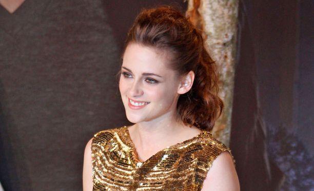 Pettämiskohun keskelle joutunut Kristen Stewart ei säväytä brittimiehiä.