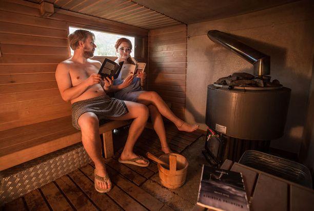 Harri Hertell ja Katariina Vuorinen lukivat runojaan liikkuvassa saunassa Frankfurtin kirjamessuilla.