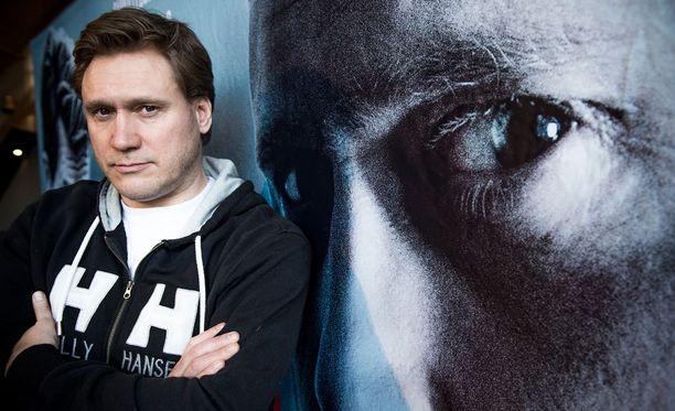 Samuli Edelmannissa ja hänen roolihahmossaan Viktor Kärpässä on samankaltaista melankoliaa. - Kärppä on vielä surumielisempi kuin minä, Samuli väittää.