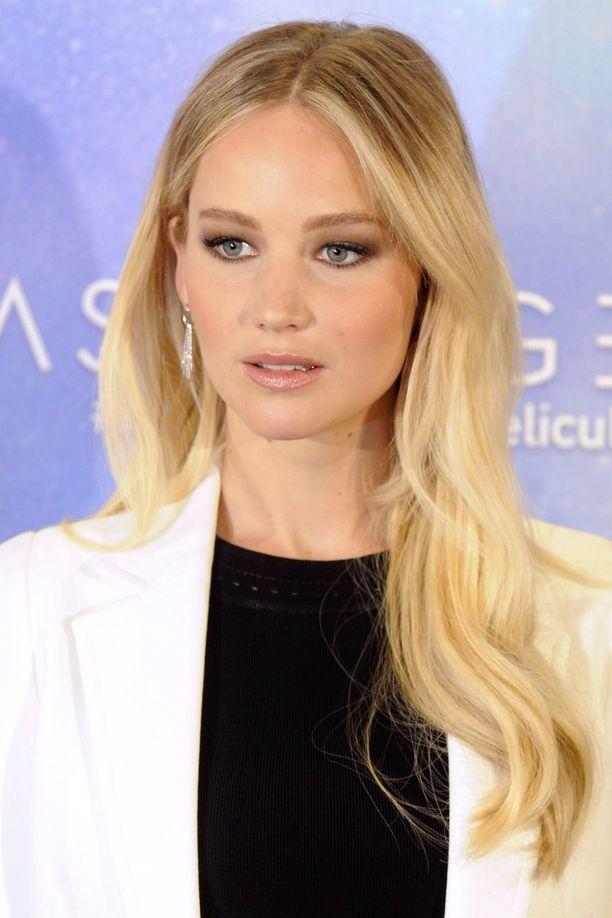 Jennifer Lawrencen polkkatukka piteni päivässä vuonna 2017 Passengers-elokuvan ensi-illassa.