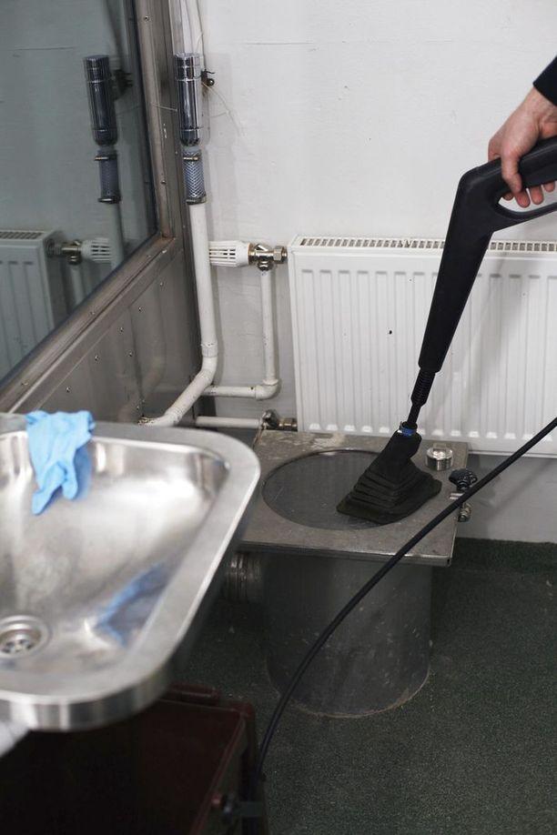 Tarkkailusellin vessanpönttö johtaa toiseen huoneeseen, jossa vangin jätökset voidaan pestä ja tutkia muun muassa huume-epäilyn yhteydessä.