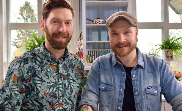 Jonas Sundström ja Topi Kairenius maistelevat hyönteisruokia.