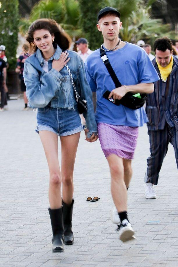 Malli Kaia Gerber juhli Coachellassa ison farkkurotsin, farkkusortsien ja cowboy-saappaiden yhdistelmässä.