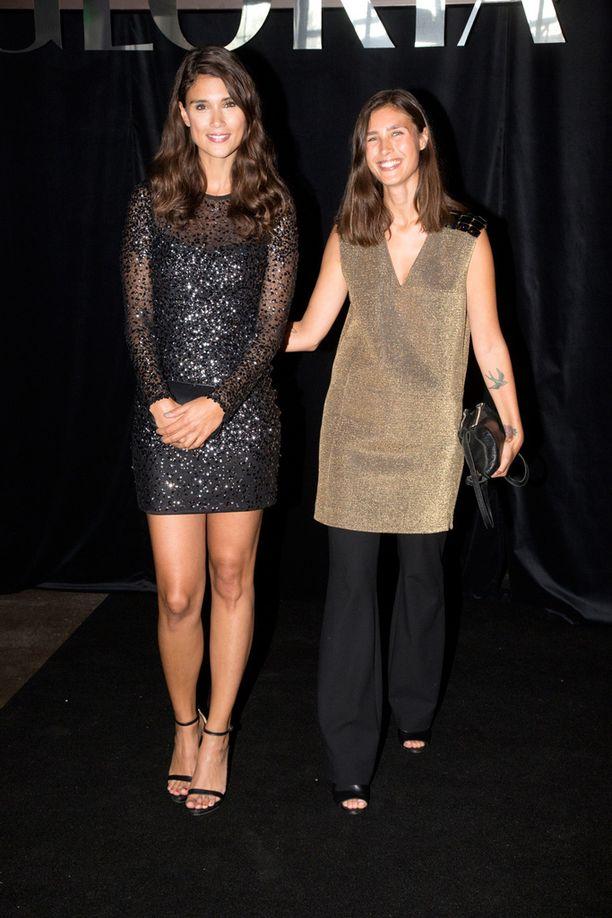 Stalisitin töitä tekevät mallisiskokset Maryam ja Shadi Razavi olivat tällä kertaa katsomossa, eivätkä catwalkilla. Keväällä EXCLSV -tyylikirjan julkaissut Maryam tunnetaan myös näyttelijä Mikko Leppilammen tyttöystävänä.