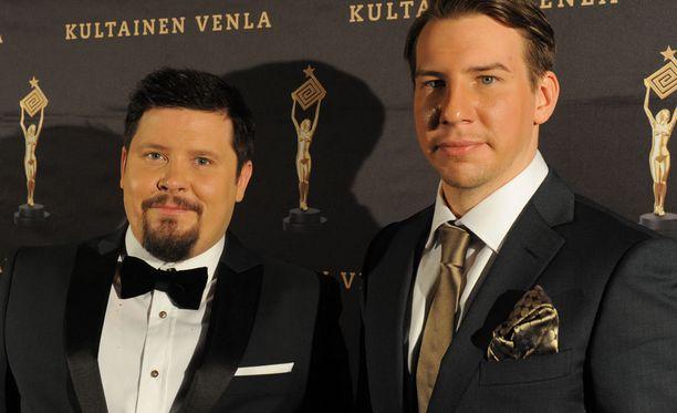 Janne Kataja ja Aku Hirviniemi ovat pienen vasikan onnelliset omistajat.